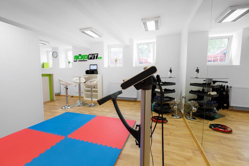Další pohled na cvičící prostor, je zde usazena pohodlná podlaha na možné cvičení na podložce