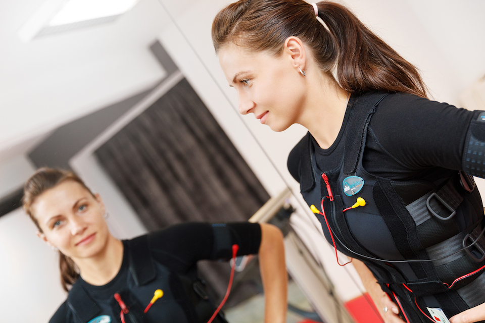 Naše trenérka předvádí, jak vypadá oblek pro elektrostimulaci svalů